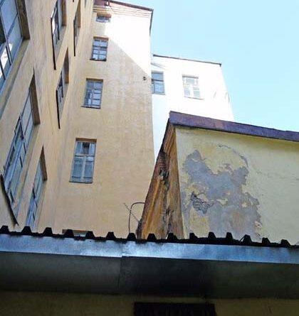 Вход расположен в здании бывшего обкома КПСС